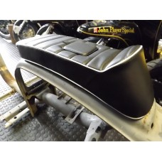 "SPORT SEAT ""LYDDEN"" SHORT FIXED BLACK WITH WHITE PIPING"